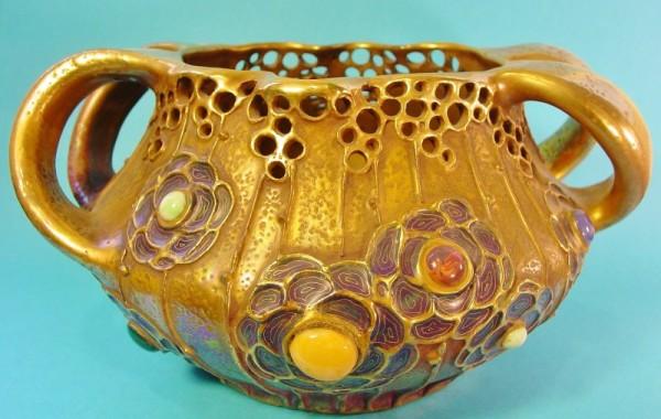 Centro en cerámica vidriada y decorada con gemas. Amphora, Turn-Teplitz. Bohemia