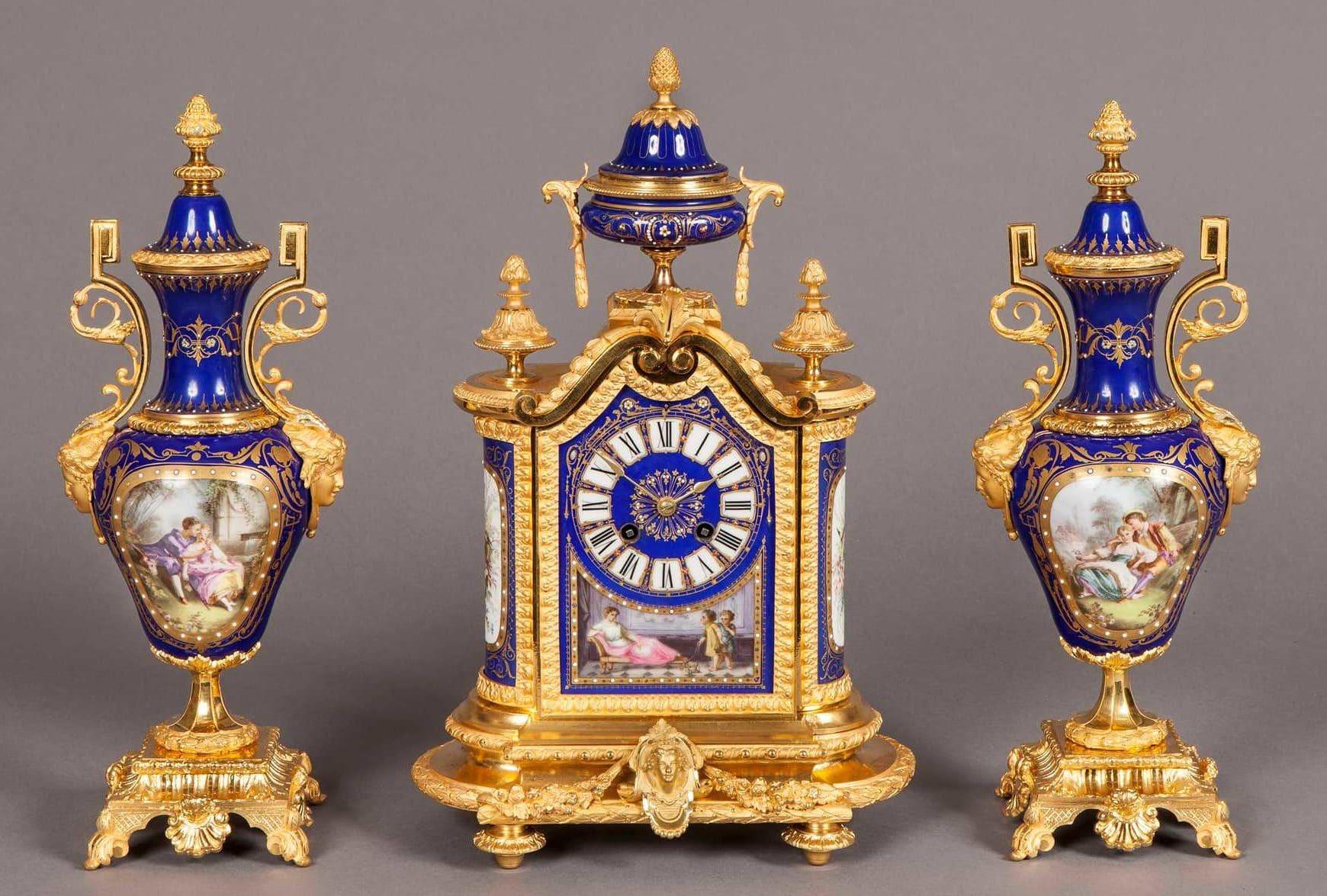 Reloj en bronce dorado y porcelana