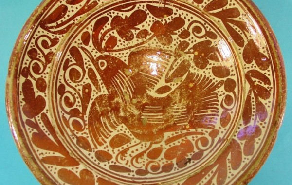 Plato en cerámica de reflejo metálico. Manises, Valéncia. Siglo XVII.