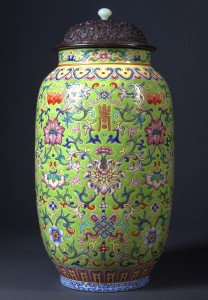 Chinese-Porcelain-Green-Ground-Famille-Rose-Jar,-Jiaqing-Mark-and-Period (2)